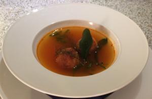 geklärte Tomatensuppe mit Grießnockerln